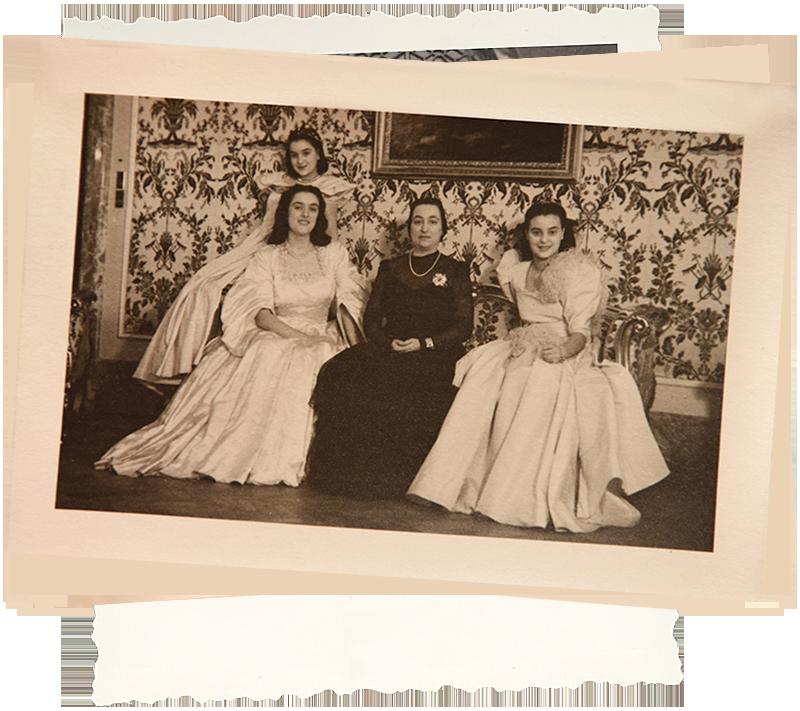 Isabella sul bracciolo insieme alle sue due sorelle e la mamma